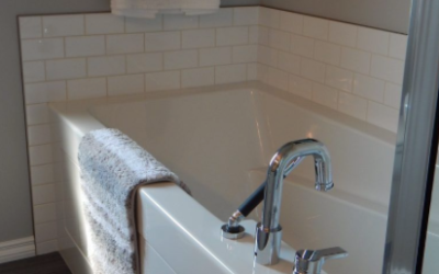 The Ultimate Guide to Cleaning a Bathtub (Based on the Type of Tub)